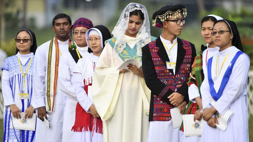 """Francisco desafia os participantes na cerimónia a espalhar """"sementes de cura e de reconciliação"""" na sociedade da antiga Birmânia, com a misericórdia divina e """"sabedoria"""". Foto: Ettore Ferrari/EPA"""