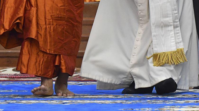 """No centro Kaba Aye, um dos templos budistas mais venerados do sudestes asiático, Francisco pede esforços para promover """"a paciência e a compreensão e curar as feridas dos conflitos"""" que, ao longo dos anos, """"dividiram pessoas de diferentes culturas, etnias e convicções religiosas no Mianmar"""". Foto Ettore Ferrari/EPA"""