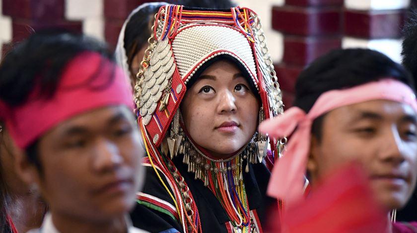 """""""Não tenham medo de colocar perguntas que façam as pessoas a pensar. Gostaria de pedir-lhes que gritem, mas não com a voz; gostaria que gritassem com a vida, com o coração, de modo a serem sinais de esperança para quem está sozinho"""", disse Francisco para 1500 jovens, na Catedral de Rangum, em Myanmar. Foto: Ettore Ferrari/EPA"""