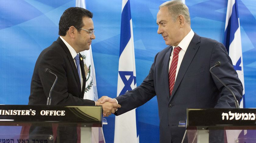 Jimmy Morales e Benjamin Netanyahu. Foto: Abir Sultan/EPA