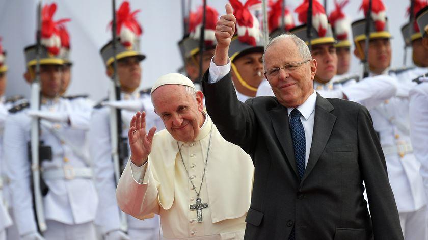 Papa com o Presidente do Peru. Foto: Luca Zennaro/EPA