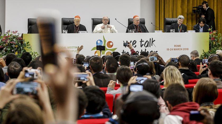 O Papa Francisco com jovens na reunião pré-sinodal. Foto: Fabio Frustaci/EPA