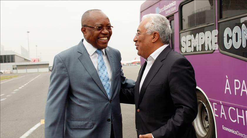 Costa recebido pelo ministro das Relações Exterior de Angola, Manuel Augusto, à chegada ao aeroporto de LuandFoto: Ampe Rogério/ Lusa