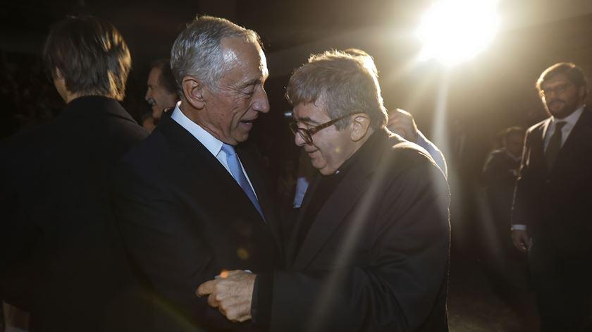 Marcelo Rebelo de Sousa condecora o cónego João Seabra esta terça-feira à tarde. Foto: Miguel A. Lopes/Lusa