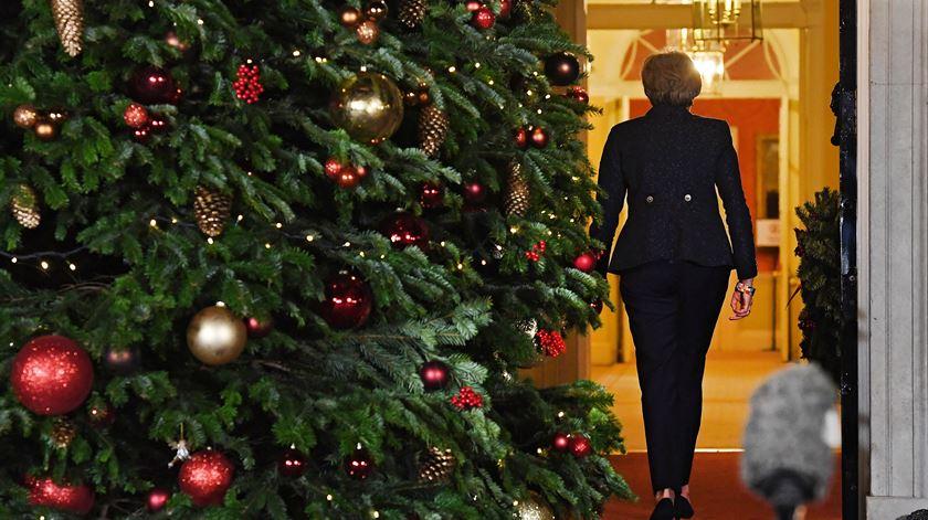 Theresa May vai passar o Natal no n.º 10 de Downing Street, onde fez uma declaração na noite de quarta-feira. Foto: Andy Rain/EPA