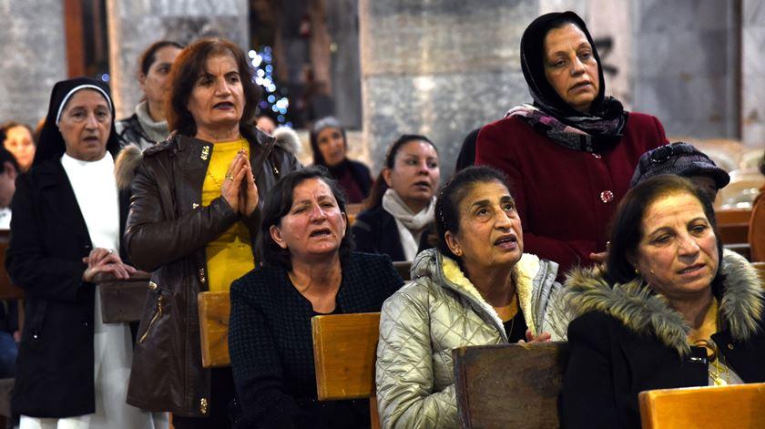 Cristãos celebram missa na cidade de Qaraqosh Iraque perto de Mossul. Foto de arquivo: Ammar Salih/EPA