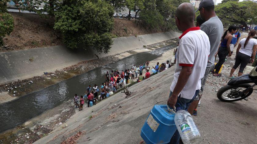 Venezuelanos procuram água após o apagão Caracas Venezuela Foto: Rayner Pena/EPA