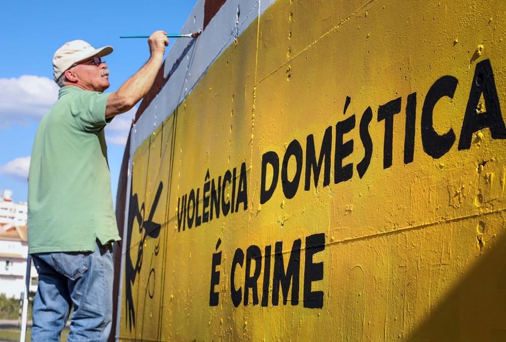 Mural sobre violência doméstica na fronteira entre os concelhos do Seixal e de Almada. Foto: Manuel de Almeida/ Lusa