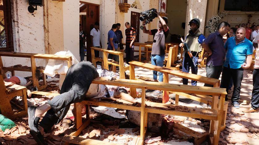 Destroços numa igreja do Sri Lanka. Foto: EPA