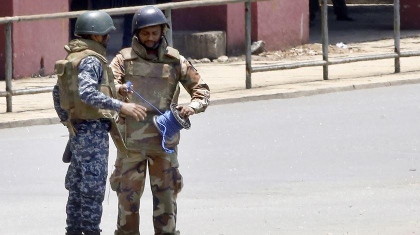 Militares a desativar bombas no Sri Lanka. Foto: M.A. Pushpa Kumara/EPA