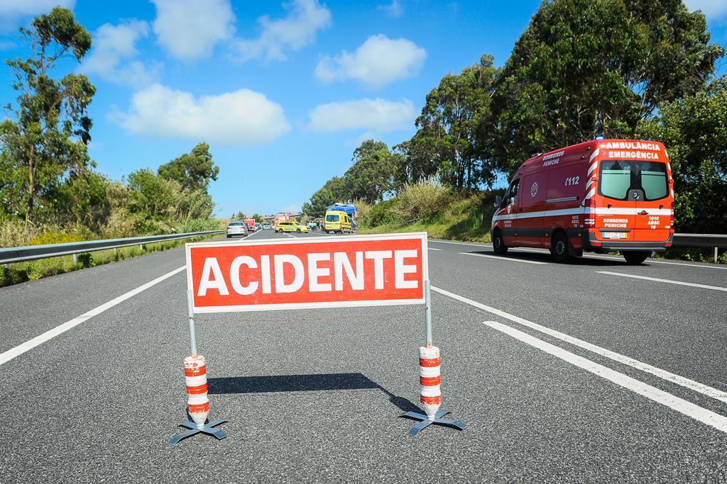 Condutor ficou ferido, mas não precisou de ser transportado ao hospital. Foto: Carlos Barroso/Lusa