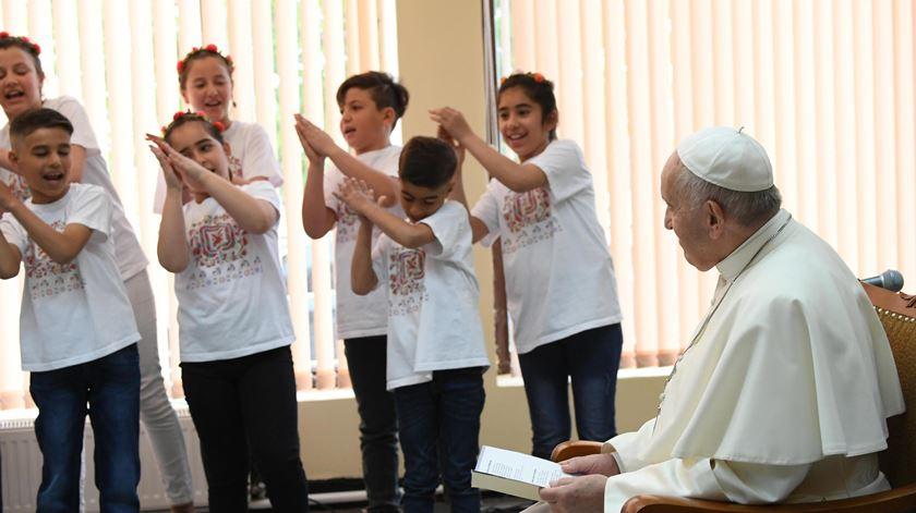Crianças refugiadas, provenientes da Síria e do Iraque, cantam para o Papa. Foto: Maurizio Brambatti/EPA