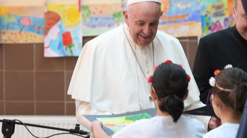 As crianças de Vrazhdebna ofereceram desenhos ao Papa. Foto: Maurizio Brambatti/EPA