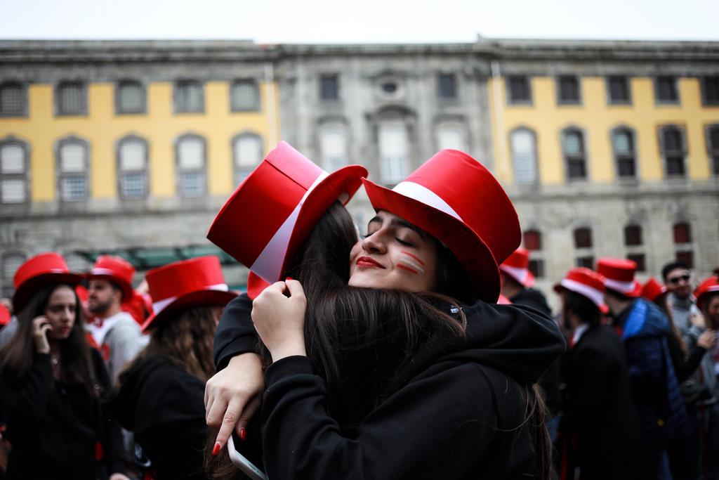Abraços, este ano, só virtuais. Foto: Estela Silva/Lusa