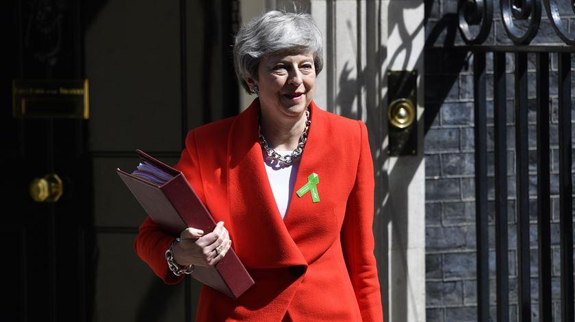 Primeira-ministra já prometeu marcar data para se demitir antes do verão. Foto: Neil Hall/EPA