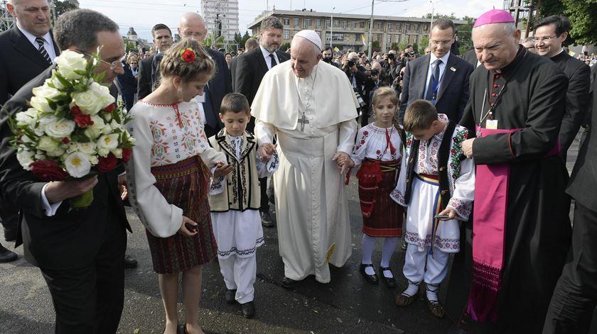 Francisco encontra-se com famílias na Roménia. Foto: EPA
