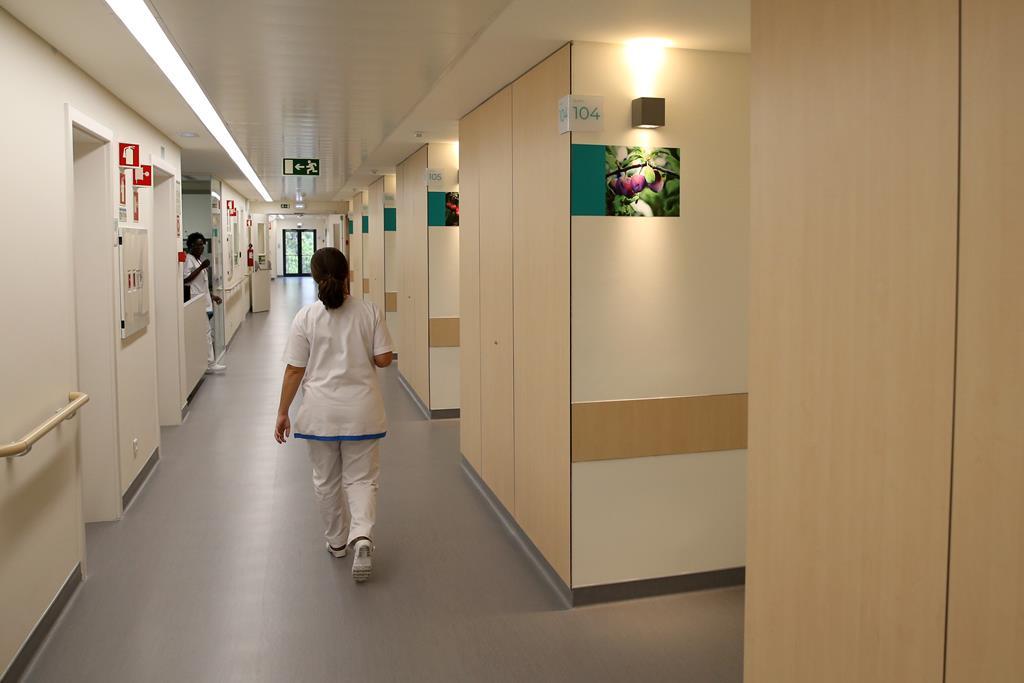 Homem foi ao hospital para saber do estado de saúde de um familiar. Foto: Manuel de Almeida/Lusa