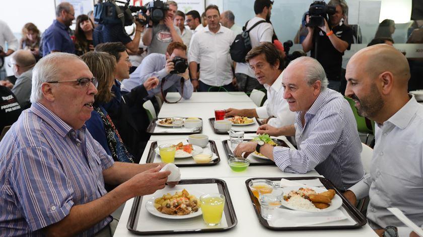 """O """"histórico"""" Ângelo correia juntou-se à campanha do PSD, almoçando com Rui Rio na cantina de uma fábrica em Águeda. Foto: Tiago Petinga/Lusa"""