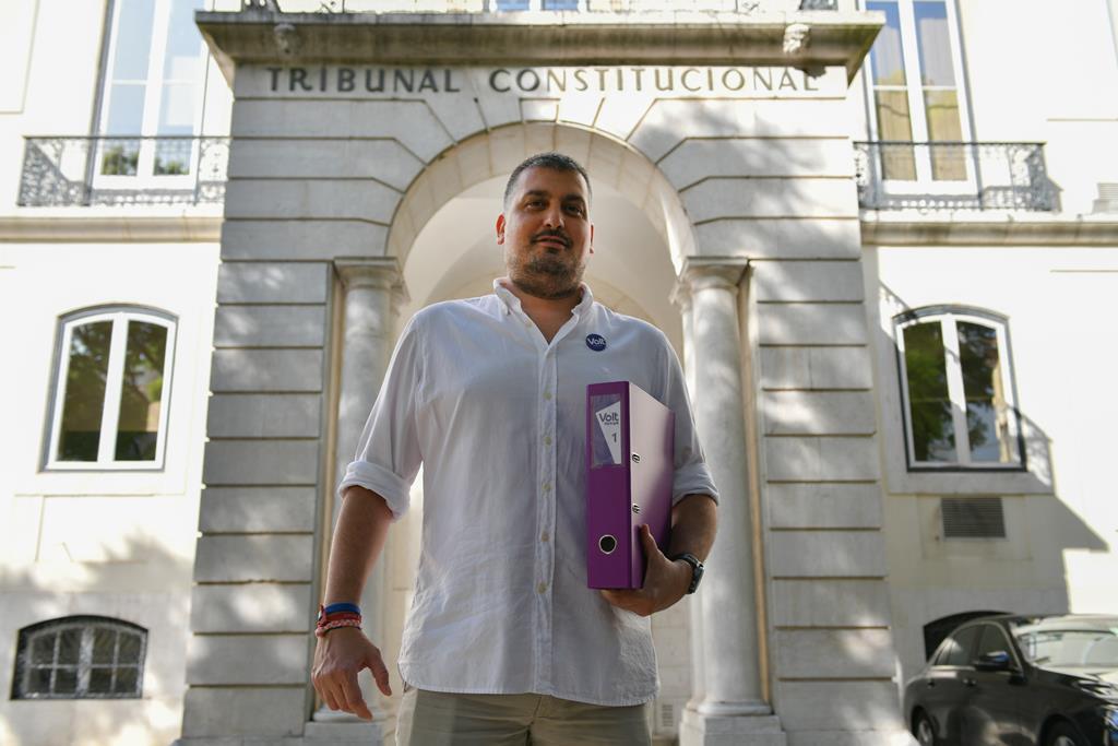 O presidente do Volt Portugal, Tiago de Matos Gomes, quando entregou as assinaturas para formalizar o partido no Tribunal Constitucional. Foto: Luís Ruivo/Lusa