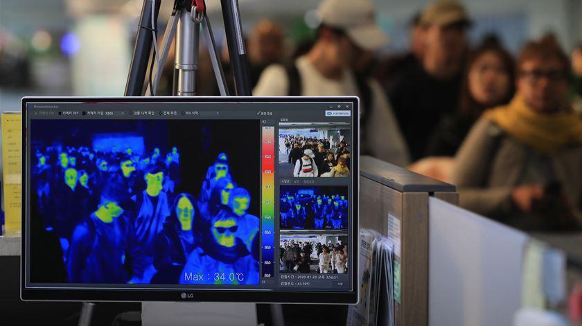 A verificação da temepratura corporal dos passageiros, atarvés de um sensor térmico, passou a ser a norma nos aeroprotos por todo o mundo. Foto: Yonhap/ EPA