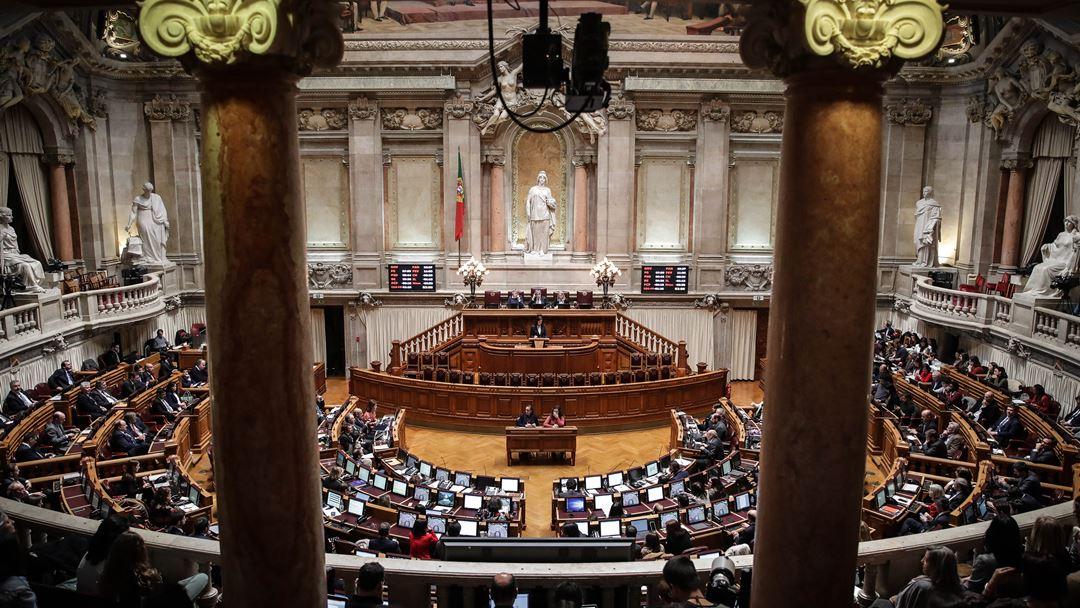 Cidadãos assistem à sessão plenária onde são discutidos e votados os projetos de lei sobre a eutanásia, na Assembleia da República, em Lisboa, 20 de fevereiro de 2020. Foto: Mário Cruz/Lusa