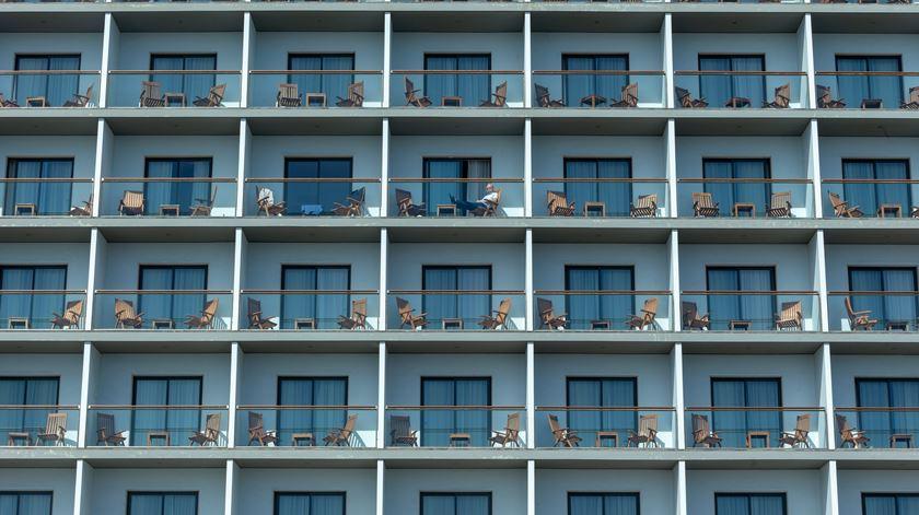 Turista apanha sol na varanda de um hotel em Ponta Delgada, ilha de São Miguel, Açores. Foto: Eduardo Costa/Lusa