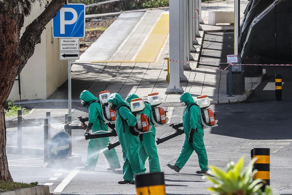 Trabalhos de desinfeção no exterior do Hospital Dr. Nélio Mendonça, no Funchal. Foto: Homem de Gouveia/Lusa