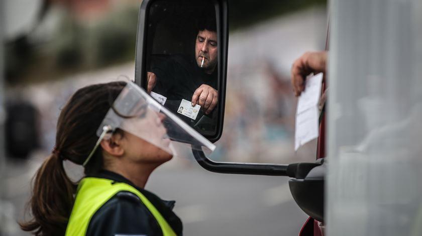 PSP realiza operação de fiscalização do cumprimento da limitação de circulação entre concelhos, no dia do trabalhador, em Lisboa. Foto: Mário Cruz/EPA