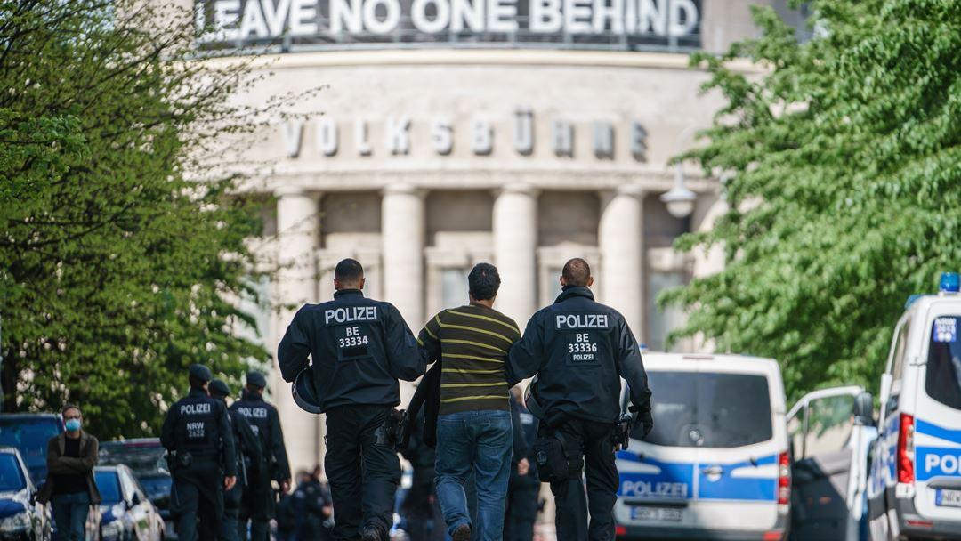 Polícia detém manifestante em Berlim, depois de terem sido proibidas manifestações com mais de 20 pessoas, devido à pandemia de Covid-19. Foto: Clemens Bilan/EPA