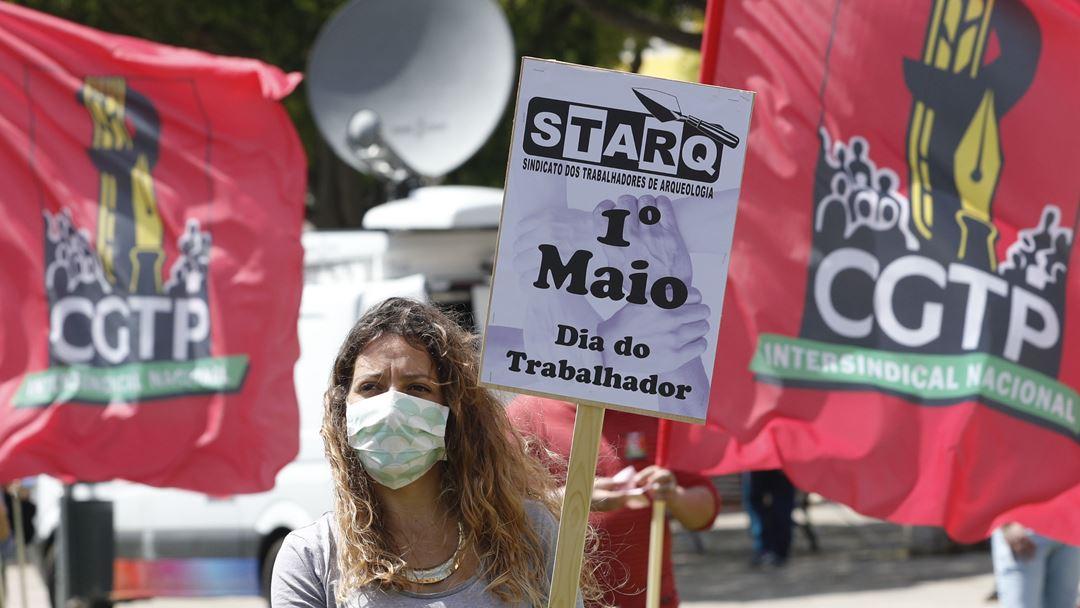 Simpatizante da CGTP durante as comemorações do 1º de Maio, em Lisboa. Foto: António Cotrim/Lusa