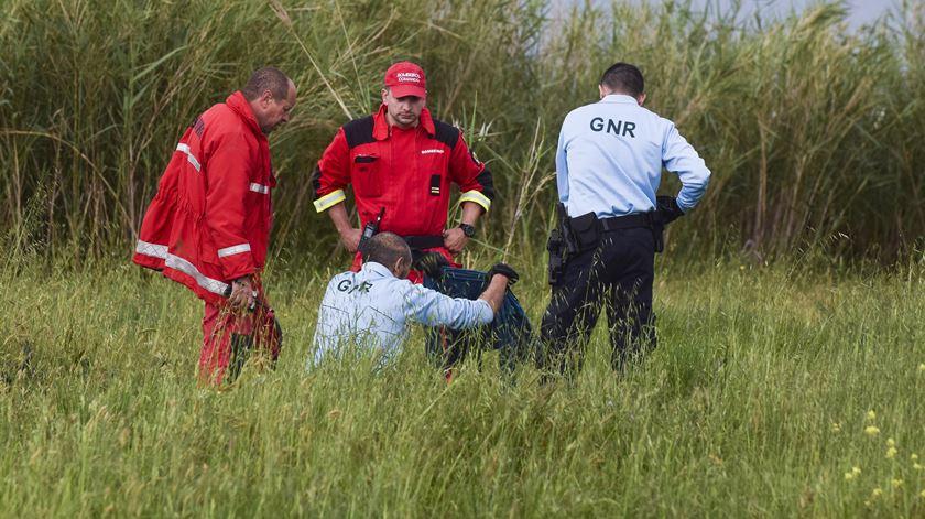 Um elemento da GNR segura uma peça de roupa durante as buscas para encontrar a criança de 9 anos. Foto: Carlos Barroso/ Lusa