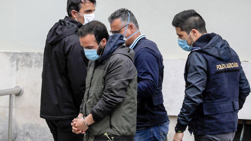 Inspetores da PJ acompanham o suspeito.  Foto Paulo Cunha/ Lusa