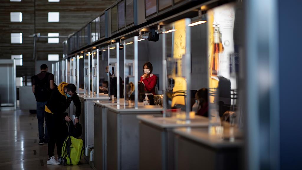 Aeroporto Charles de Gaulle, em Paris, com regras para a pandemia. Foto: Ian Langsdon/EPA