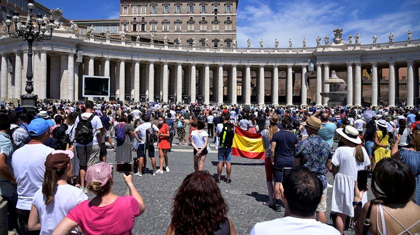 Várias pessoas assistirm ao Angelus na Praça de São Pedro. Foto: Riccardo Antimiani/EPA