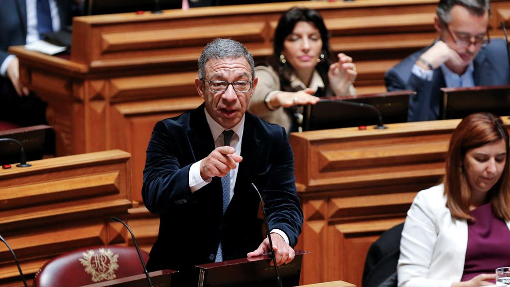 Deputado Duarte Pacheco arrasa relatório elaborado pelo socialista Fernando Anastásio. Foto: Miguel A. Lopes/Lusa