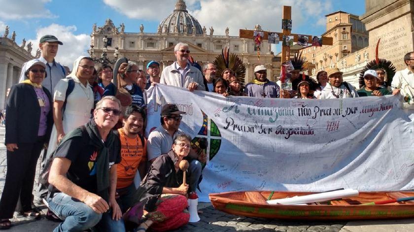 Representantes da Amazónia na Praça de São Pedro, em Roma, durante o sínodo. Foto: Genni Lloris