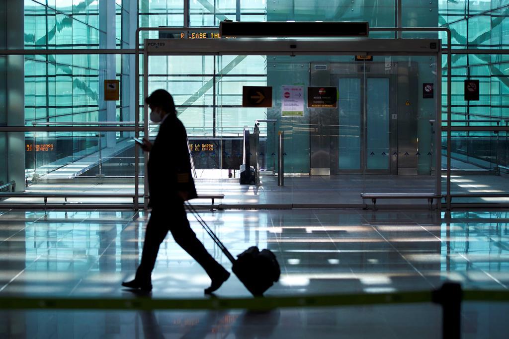 Estaremos próximos do tempo em que só se viaja com passaporte de imunidade? Foto: Alejandro Garcia/EPA
