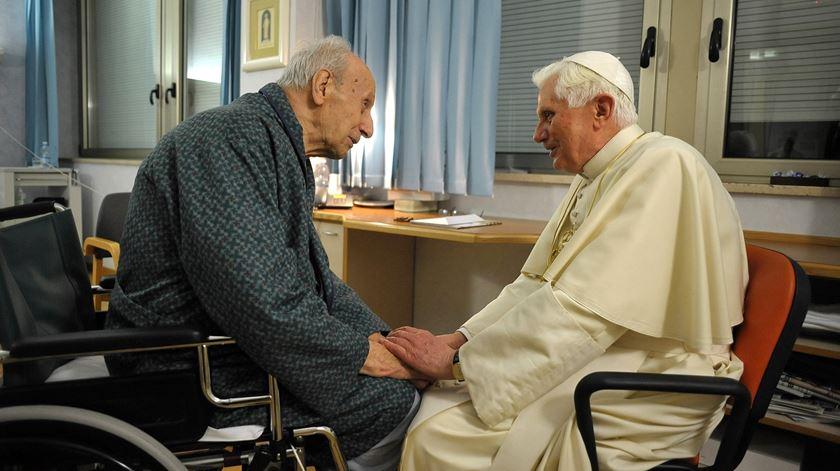 Bento XVI visita o cardeal Etchegaray no hospital, depois de este ter partido uma anca. Foto: L