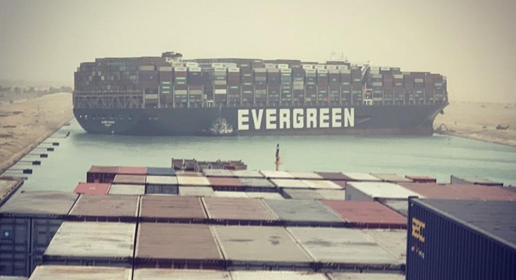 """Libertação do """"Ever Given"""" permite reabrir a circulação no Canal Suez. Foto: Twitter"""