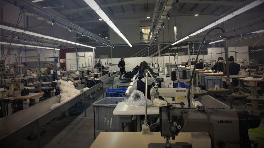 Fábrica textil de Barcelos produz máscaras de proteção certificadas pelo CITEVE. Foto: Isabel Pacheco/RR