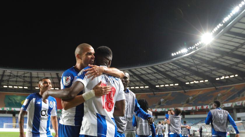 Pepe felicita Mbemba após o golo. Foto: Paulo Cunha/Lusa