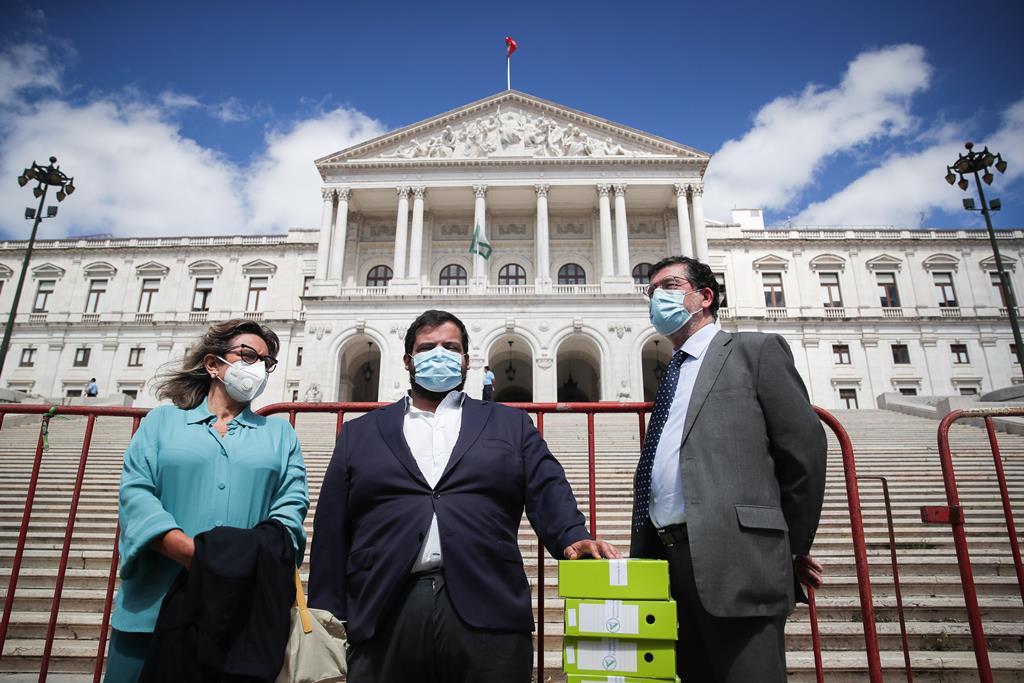 Representantes da Federação Portuguesa Pela Vida entregam assinaturas para a realização de um referendo sobre a eutanásia, que foi chumbado pelo Parlamento. Foto: Mário Cruz/Lusa