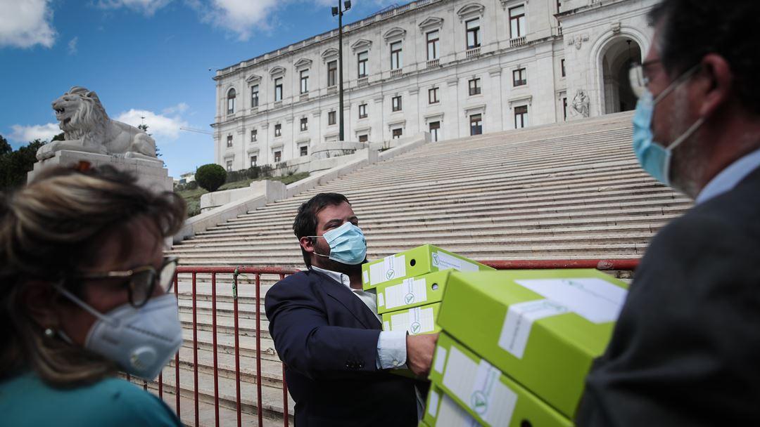 Federação pela Vida, José Maria Seabra Duque (C), entrega assinaturas do referendo sobre a despenalização da morte por eutanásia Foto: Mário Cruz/Lusa