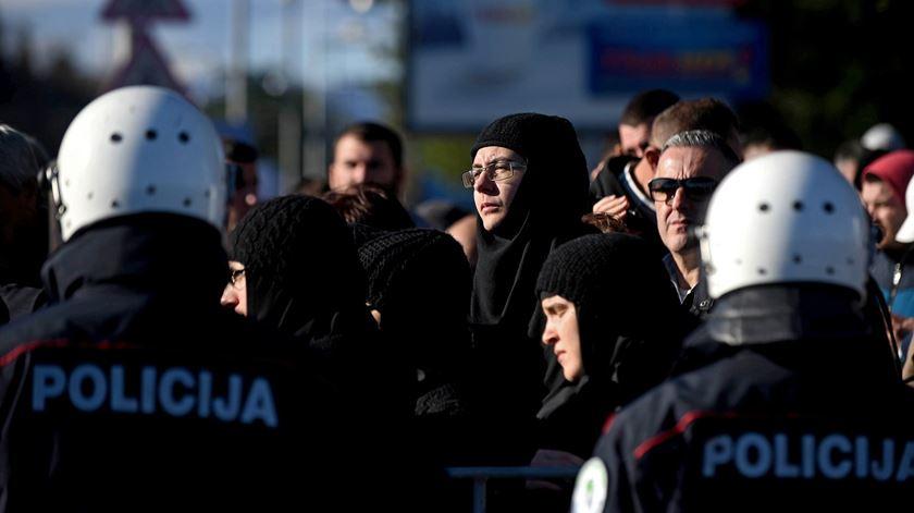 Fiéis da Igreja Ortodoxa da Servia protestam contra decisão do Governo de Montenegro. Foto: Boris Pejovic/EPA