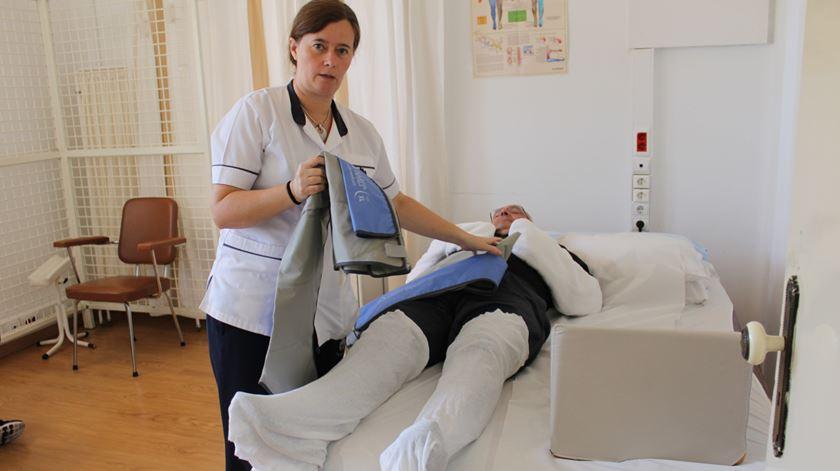 Fisioterapeuta Ana Martins faz tratamentos de parafina ao pastor Antonino dos Santos para diminuir edemas. Foto: Liliana Carona/RR