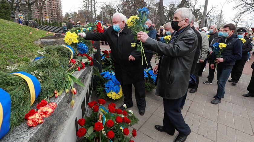 Homenagem aos bombeiros e outros trabalhadores que tiveram de acudir à zona do desastre. Foto: Valentyn Ogirenko/Reuters