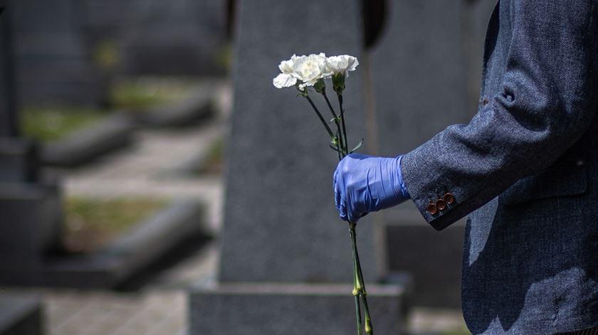 Só entre março de 2020 e março de 2021, morreram 134.238 pessoas no país. O valor mais elevado dos últimos 40 anos. Foto: Martin Divisek / EPA
