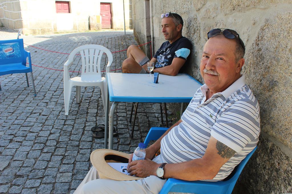 Sr. Fonseca quer um jardim para a aldeia de Pousade. Foto: Liliana Carona/RR