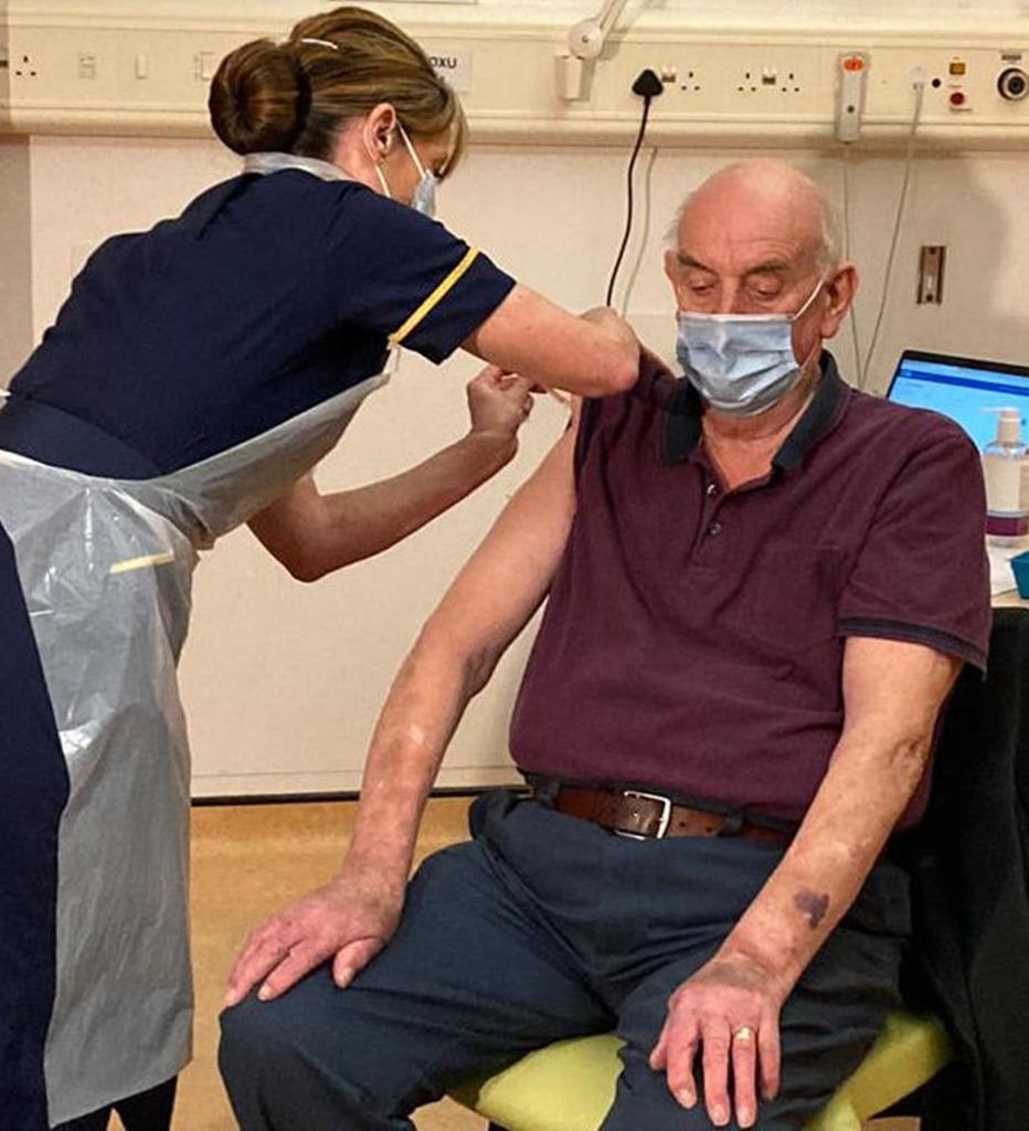 Brian Pinker, 82 anos, foi o primeiro a receber a vacina no Reino Unido. Foto: Twitter do Churchill Hospital