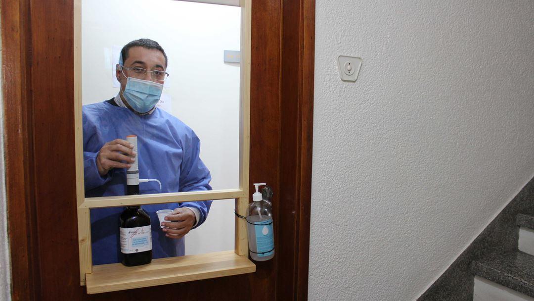 Enfermeiro Luís Andrade disponibiliza metadona num novo balcão de atendimento criado por causa da pandemia. Foto: Liliana Carona/RR